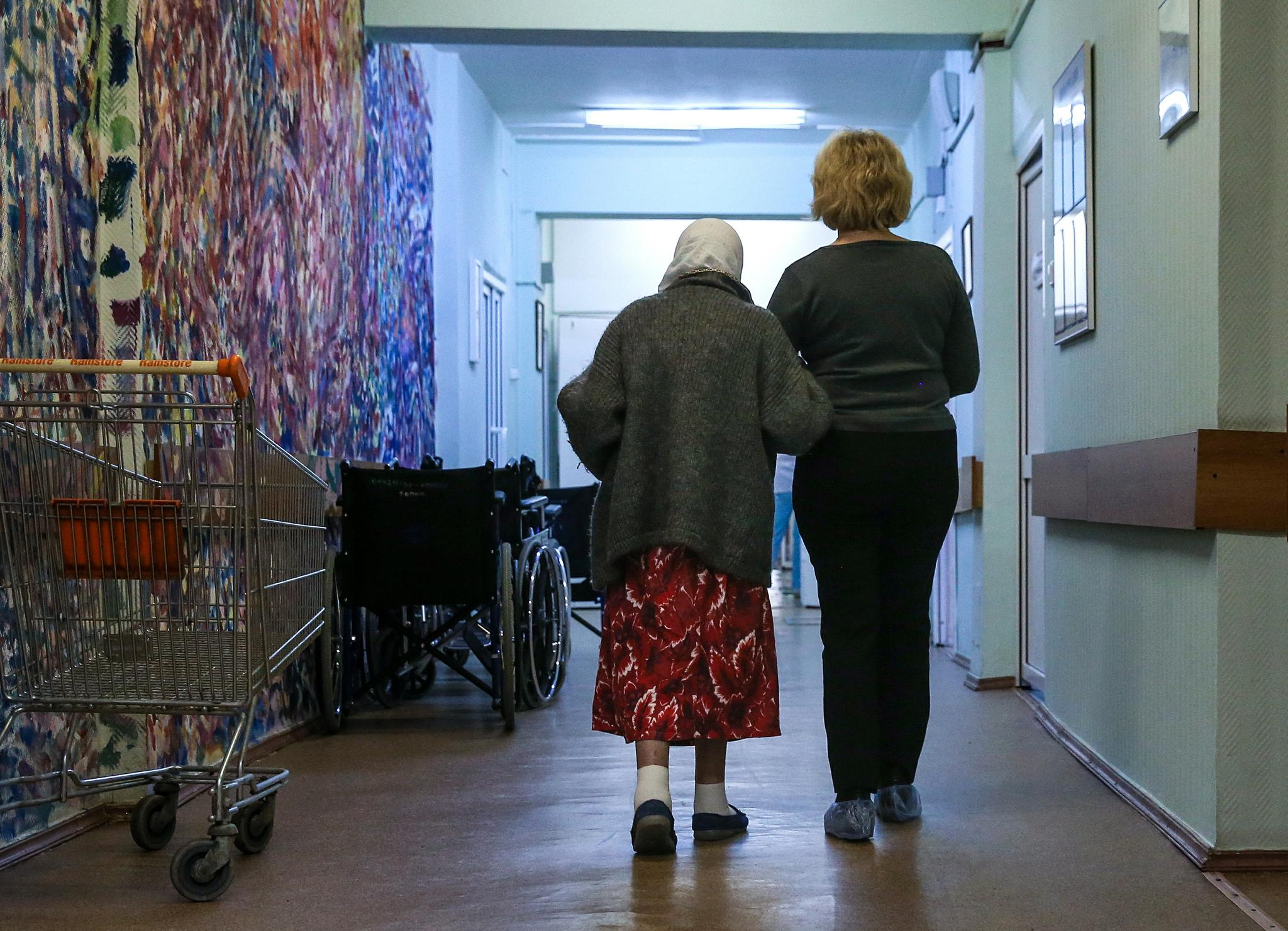 A patient walks with a relative at the Palliative care center of the Moscow Healthcare Department.