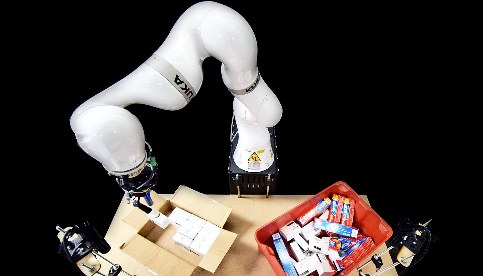 robotic arm packs boxes with artificial intelligence