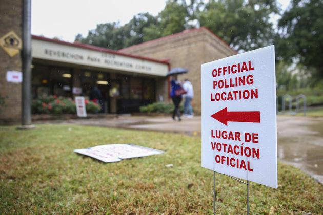 A sign directs voters to a polling place in Dallas, Texas. (Bilgin S. Sasmaz/Anadolu Agency/Getty Images)