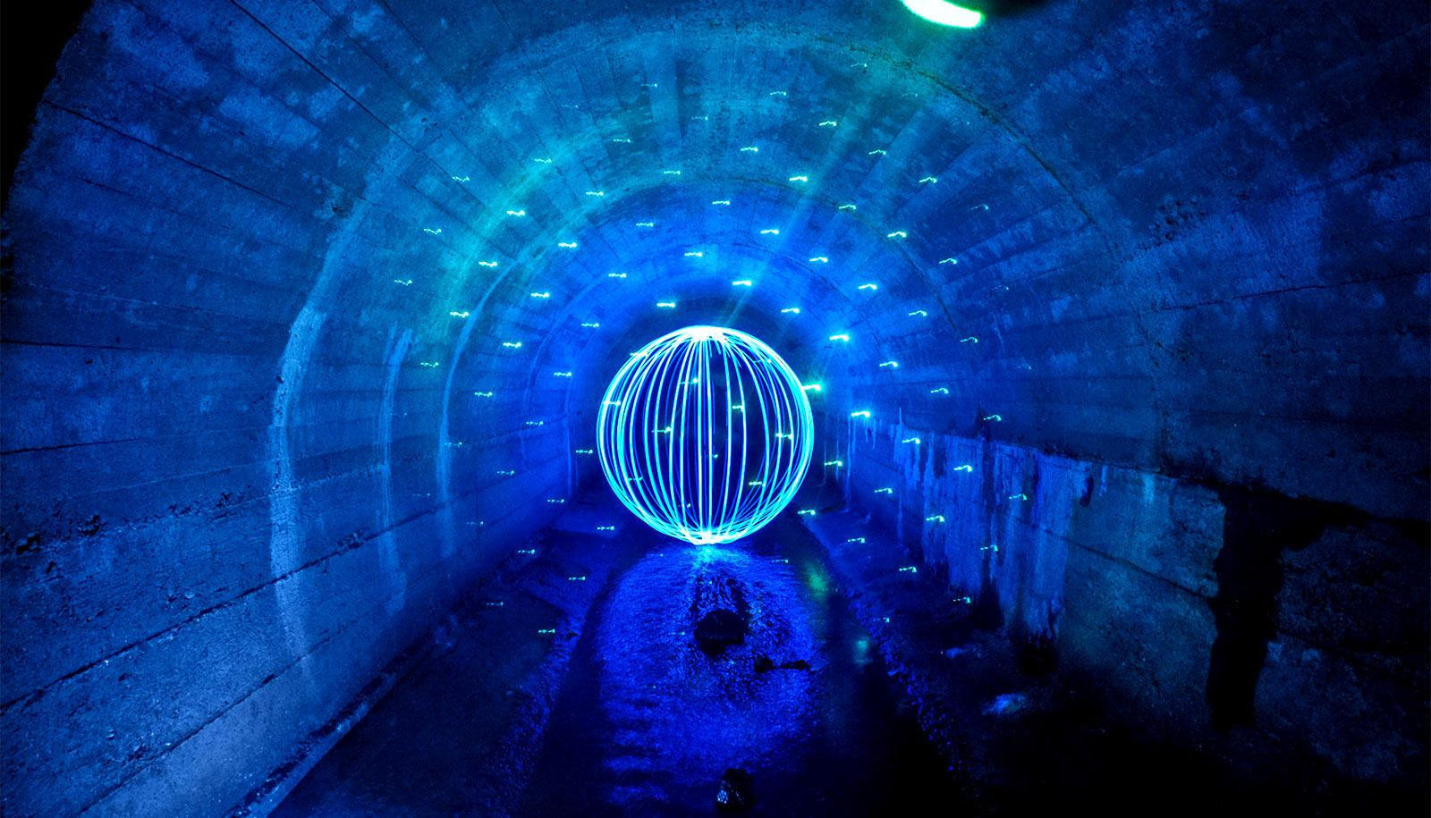 light ball in tunnel (laser cooling concept)