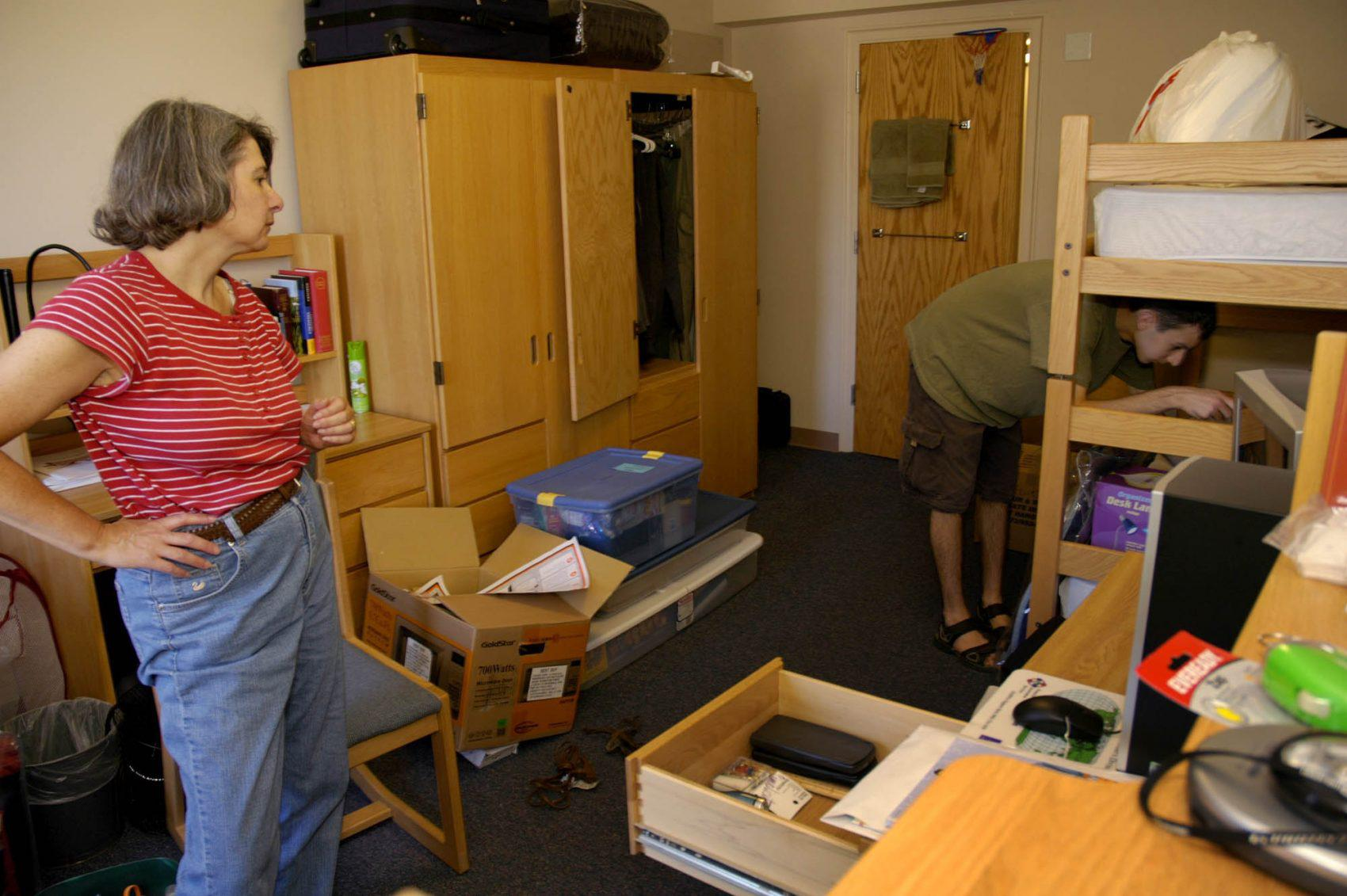 June Banker Helps Her Son, Michael, Move Into His Dorm Room At Colgate  University In Hamilton, N.Y., Thursday, Aug. 25, 2005. (Kevin Rivoli/AP) Part 92