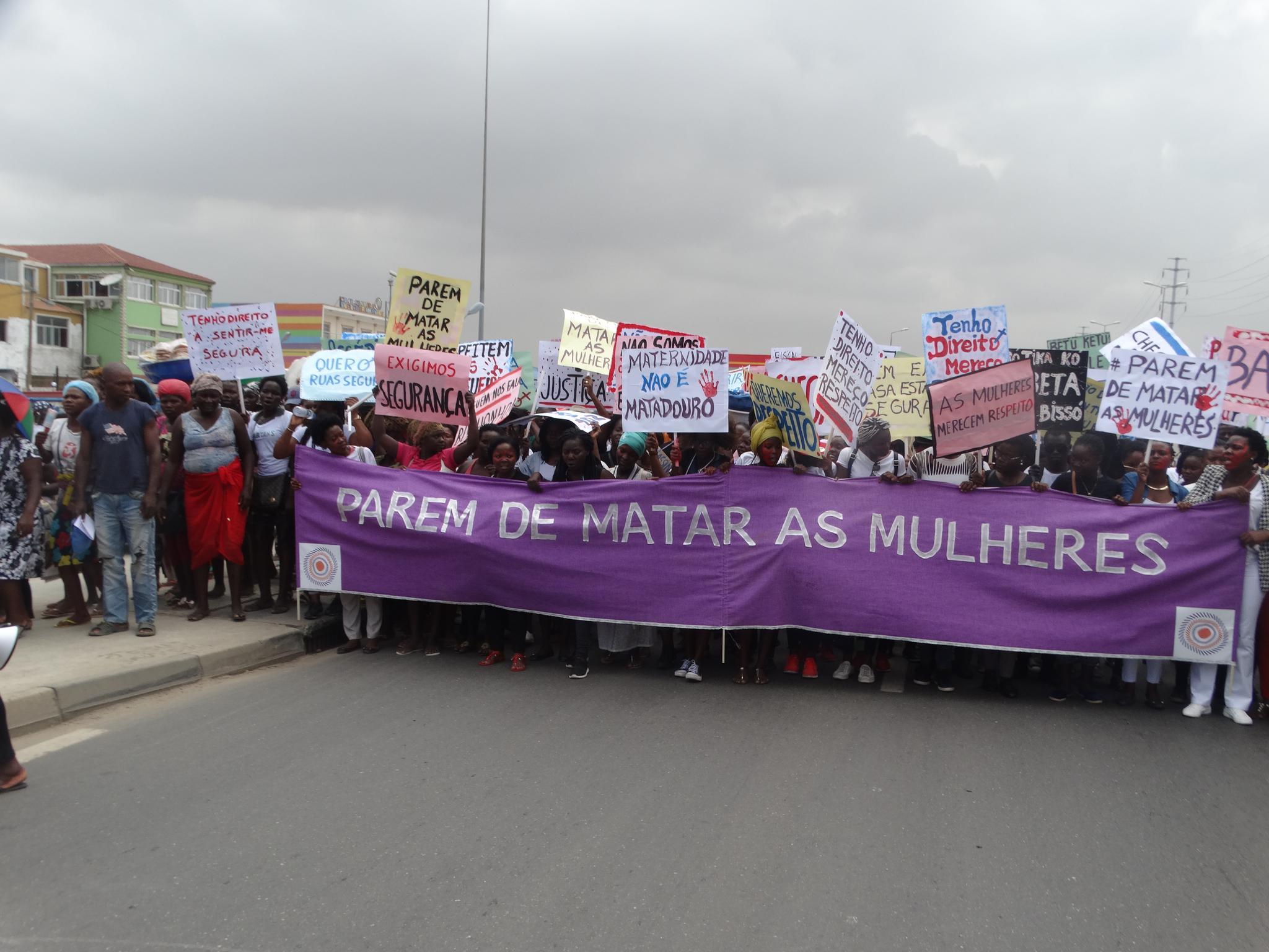 Manifestação em Luanda: #Paremdematarasmulheres | foto Simão Hossi